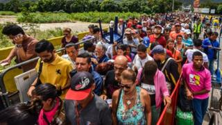 Venezulanos entrando na Colômbia