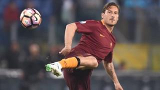 Totti avait fait ses débuts en Serie A en mai 1993, à 16 ans, et n'a jamais joué pour un autre club que la Roma