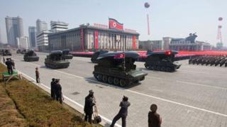 เกาหลีเหนือนำขีปนาวุธสติกซ์ สำหรับต่อต้านเรือรบ เข้าร่วมขบวนสวนสนามเมื่อปี 2012
