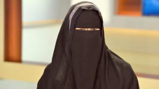 امرأة ترتدي النقاب