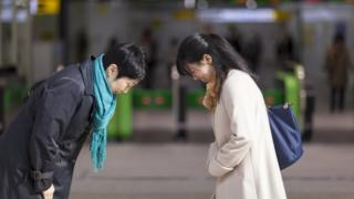 Dos japonesas saludándose