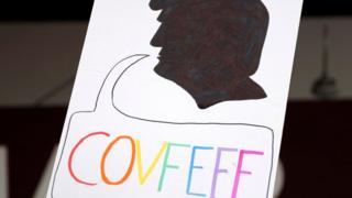 """Un dibujo con una silueta del rostro de Donald Trump y la palabra """"covfefe"""", en alusión a un famoso error que el mandatario cometió en un tuit"""