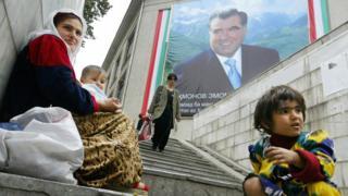 Нищие возле портрета таджиксого президента