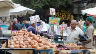 ثمة مخاوف من أن يؤدي قرار تعويم الجنيه إلى تفاقم صعوبات الحياة اليومية للمصريين