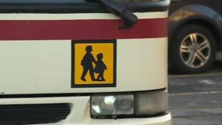 Logo bws ysgol ar un o fysiau Llew Jones Llanrwst
