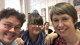 Suzanne Rees (canol) gyda Max Charles Davies, eu cyfansoddwr mabwysiedig ac Angharad Jones, arweinyddes y côr