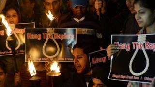 Hindistan'da artan tecavüz vakalarının protesto edildiği bir gösteri
