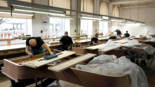 У работников знаменитой фортепианной фабрики Steinway & Sons в Гамбурге работа очень кропотливая и сложная
