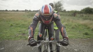 Neil Campbell alistándose para romper el récord masculino de velocidad
