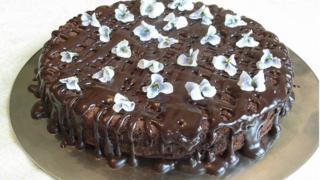 Шоколадный торт с засахаренными фиалками