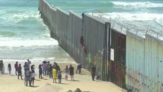 ترامپ میگوید با وضع تعرفه میخواهد جلوی مهاجران را از مکزیک بگیرد