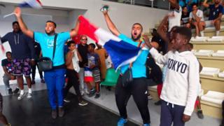Dans le Palais des sports de Bondy, tous derrière Mbappé et les bleus