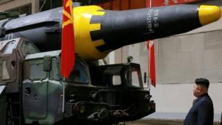 Ким Чен Ын осматривает ракету