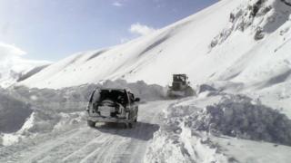 Жаш-Тилек айылын район, облус менен байланыштырган жол.