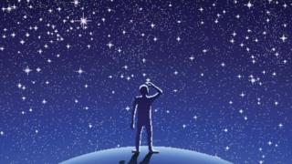 Hombre viendo cielo estrellado