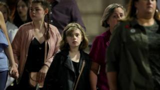 有许多青少年甚至儿童在父母的陪同下来听演唱会。
