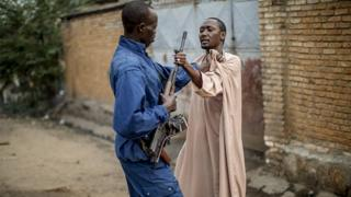 Un homme empoigne l'arme d'un policier pour se défendre lors d'une mission de contrôle dans un quartier de Bujumbura