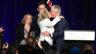 Malcolm Turnbull yasomye umugore we Lucy mu byishimo nyuma yo kugeza ijambo ku bamushyigikiye i Sydney, abana babo bareberaga.