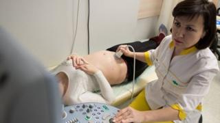 Mulher grávida passa por exame de ultrassom