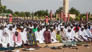 Burkina Faso'nın başkenti Vagadugu'da Müslümanlar bayram namazı için saf tutarken