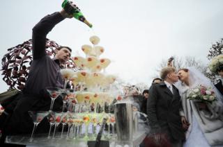 Санкт-Петербург. Молодожены пьют шампанское на Аллее любви, которая открылась в Опочининском саду на Васильевском острове (архивное фото)