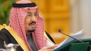 الملك سلمان بن عبد العزيز خلال إعلان ميزانية 2017 في جلسة استثنائية لمجلس الوزراء، الخميس 22 ديسمبر/كانون الأول