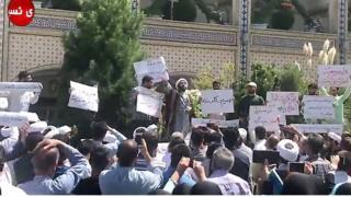محتجون ضد ارتفاع الاسعار في مدينة مشهد ضمن احتجاجات عدة في إيران