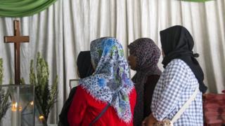 Warga melayat Sri Puji, salah seorang korban pengeboman di Gereja Pantekosta, Surabaya.