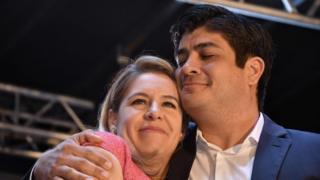 کارلوس آلوارادو و همسرش در جشن پیروزی