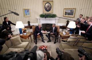 Donald Trump y Barack Obama se dan la mano