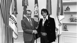 Richard Nixon le da la mano a Elvis Presley en la Oficina Oval de la Casa Blanca
