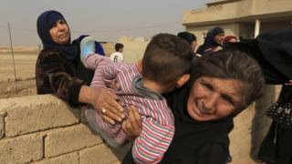 مدنيون يفرون من القتال في الموصل