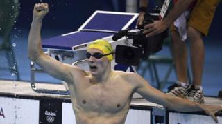 Mack Horton celebra al ganar la final de los 400 metros estilo libre en los Juegos Olímpicos de Río 2016