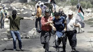 صورة أرشيفية لمواطنين يساعدون مصورا صحفيا
