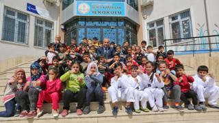 Sehit Karayilan primary headmaster Ali Riza Gundemir with Turkish and Syrian students