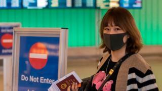 Mujer china con mascarilla.