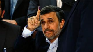 آقای احمدینژاد پس از ثبت نام رسمی برای انتخابات امسال رد صلاحیت شد