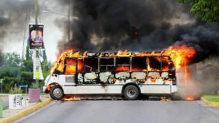 Autobús ardiendo en Culiacán