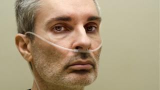 Hombre con ayuda respiratoria.
