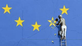 Граффити Бэнкси в городе Дувр: флаг ЕС с 11-ю золотыми звездами