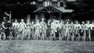 Imagem mostra homens e mulheres com bicicletas