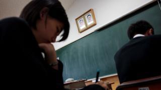东京朝鲜学校的新一天,总是从教室里墙上悬挂的金日成和金正日的笑容开始。