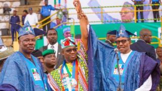Aarẹ Buhari fa ọwọ oludije ipo gomina nipina Ogun, Dapọ Abiọdun soke nilu Abẹokuta nigbati Amosun naa n woo