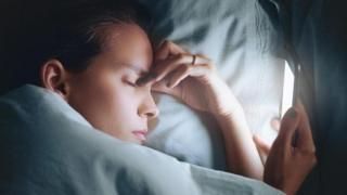 Homem dormindo com celular