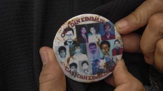 Peserta mengenakan pin bergambar korban-korban peristiwa Reformasi 1998 saat Napak Tilas Reformasi 1998 di Taman Makam Purwoloyo, Solo, Jawa Tengah, Rabu (27/11).