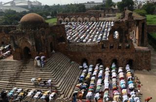 Umat Islam India melakukan sembahyang Idul Adha di rerunuhan benteng Feroz Shah Kotla di New Delhi.