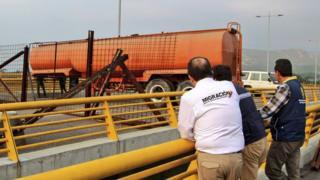 Funcionarios de Migración Colombia constataron el bloqueo de la vía.
