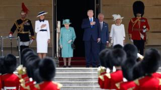 """First Lady Melania Trump, Britain""""s Queen Elizabeth II, US President Donald Trump, Britain""""s Prince Charles, Prince of Wales and Britain""""s Camilla, Duchess of Cornwall stand on the steps as the US national anthem plays during a welcome ceremony at Buckingham Palace"""
