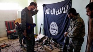 مقاتلون من قوات سوريا الديمقراطية