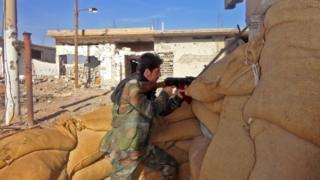 أحد عناصر الجيش السوري في دير الزور